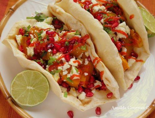 Tortillas vegetariane con zucca, feta, melograno e salsa spicy